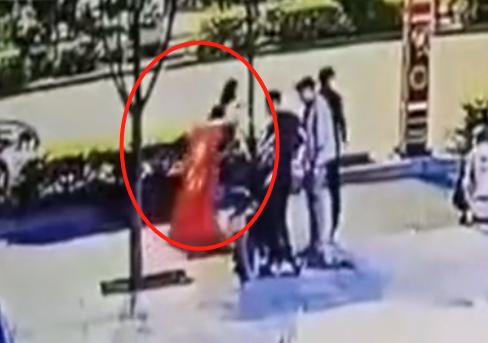 从KTV唱歌出来,两女孩拔下国旗扔地上拖行踩踏,网友愤怒:严惩