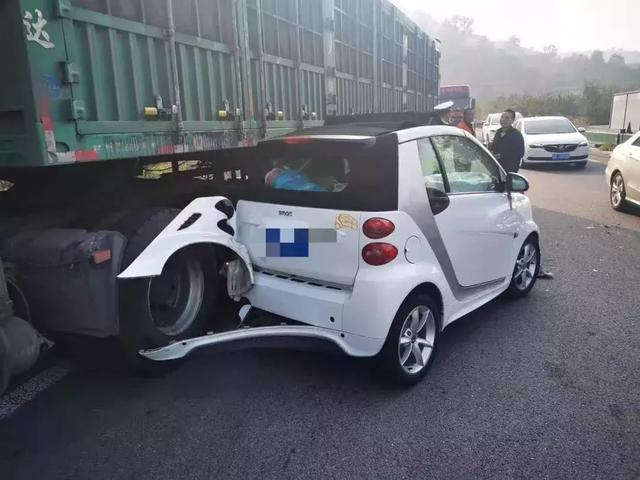 山西两名驾驶员走长途,分心驾驶致车辆失控,车损严重还要负全责