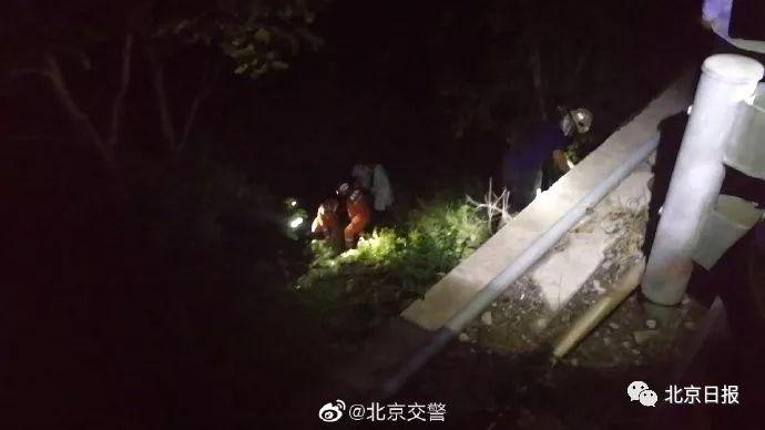 """北京一男子高速上停车""""方便"""",不慎跌下近4米深的路基"""