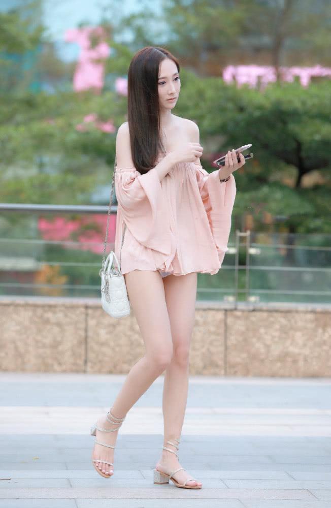 街拍美女:一字平肩半身裙配个性短高跟 谁说瘦女孩不能变仙女插图(2)
