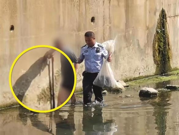 重庆78岁大爷拄拐捞鱼被困河中央,网友:太顽皮了