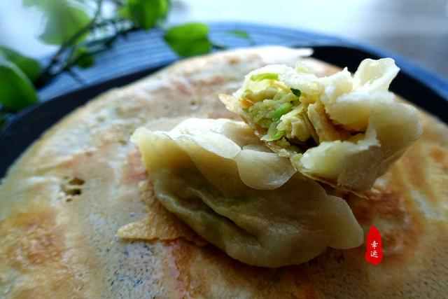 <b>锅贴就是比煮饺子诱人,外观焦香金黄色,馅料鲜嫩又咸香</b>