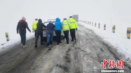 青海交警成功救助2000余辆因降雪被困车辆