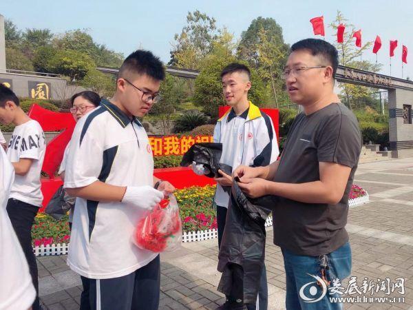 献礼国庆 娄底三中师生开展爱护环境社会实践活动