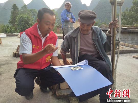 贵州长顺驻村第一书记与他的七张床_韦健