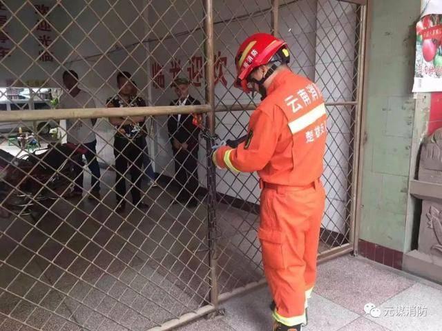 楚雄一旅馆大门被锁致多人被困,消防出动1车6人破拆救人