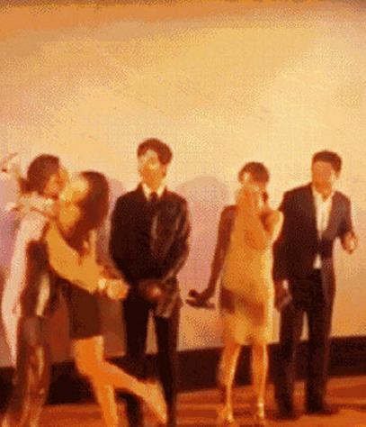 张译被女粉丝飞扑,网友:还记得当年刘亦菲被粉丝飞扑的事吗?