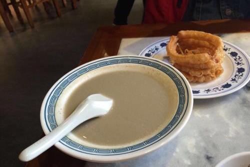 """[中国4大""""怪味""""小吃,豆汁儿上榜,外国网友:没食欲] 北京小吃豆汁"""