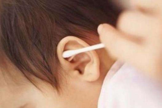[儿子半夜说耳朵痛,妈妈拿手电筒一照吓坏了,只因枕边放这东西]手电筒