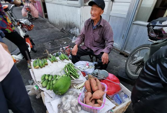 招远85岁老人推车卖菜十几年,能干山东老爷爷,全市场人都敬重他