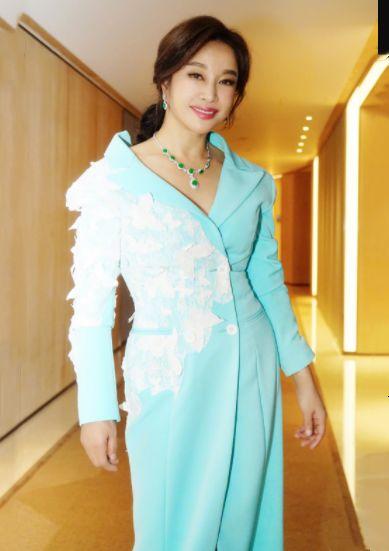 刘晓庆私服又惊艳,一件单品穿出满满少女感,64岁也能美回18