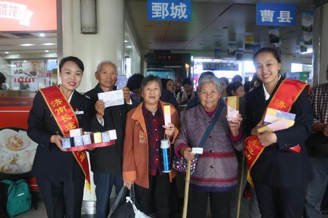 重陽節來臨,濟南長途汽車總站為60歲以上乘客送長壽糕
