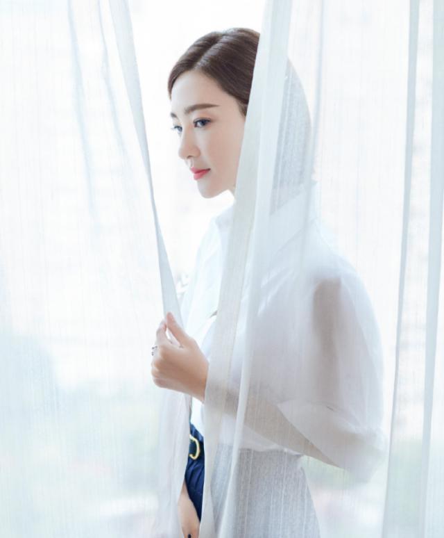 素颜绝世美女王丽坤活动造型,一款白衬衣配半身裙吸睛十足,小蛮腰让人羡慕