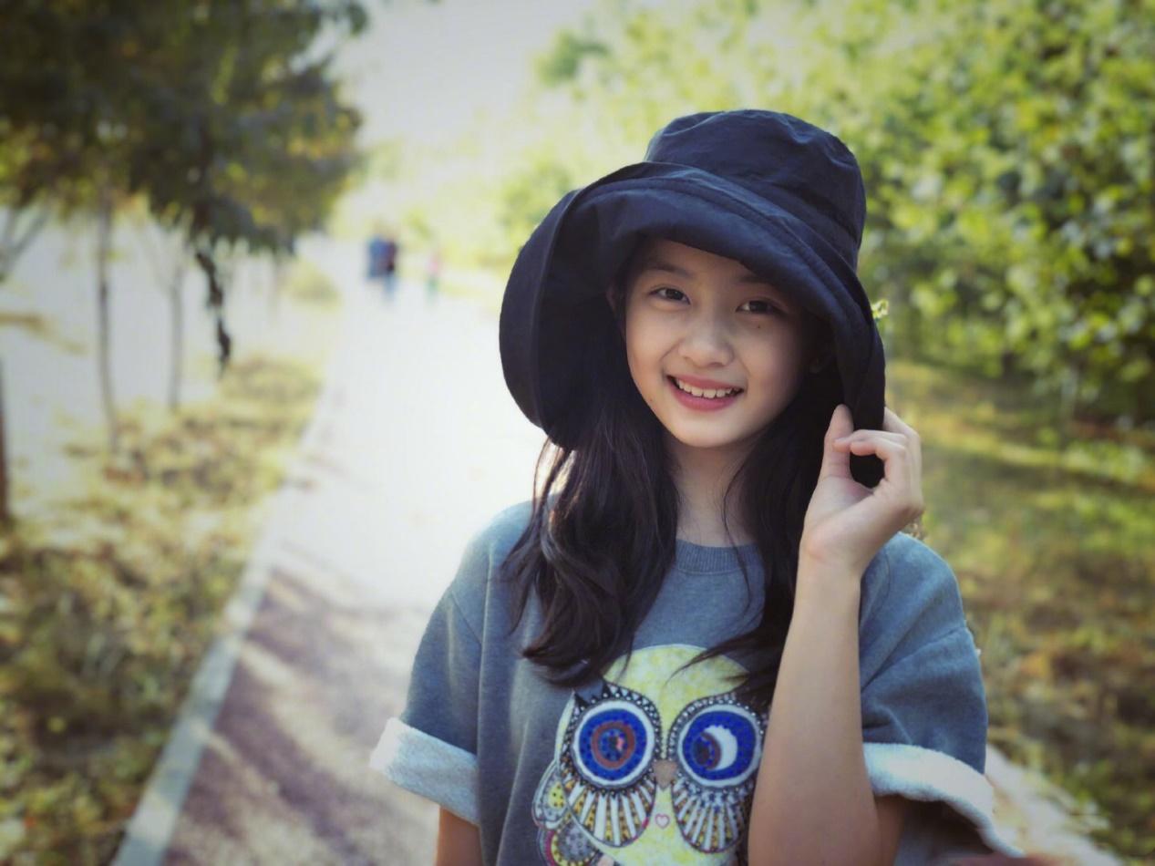 """黄磊""""富养""""女儿,两人现身机场,13岁黄多多一头黄发靓丽十足 作者: 来源:会火"""