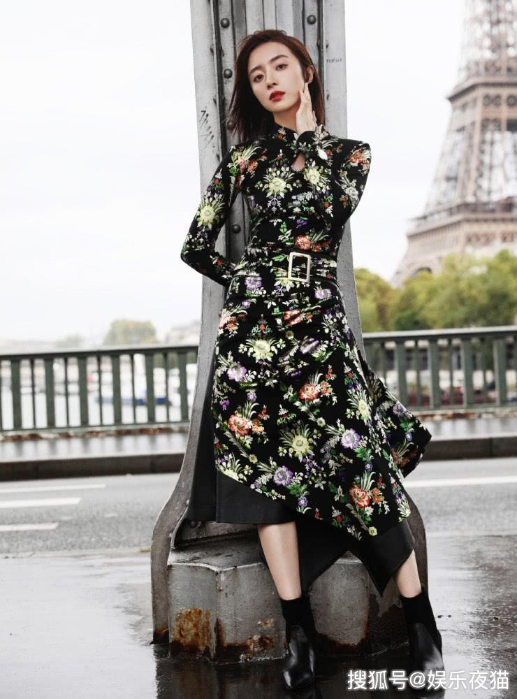 <b>胡冰卿现身巴黎街头,穿印花立领上衣配拼接半身裙,尽显东方美</b>