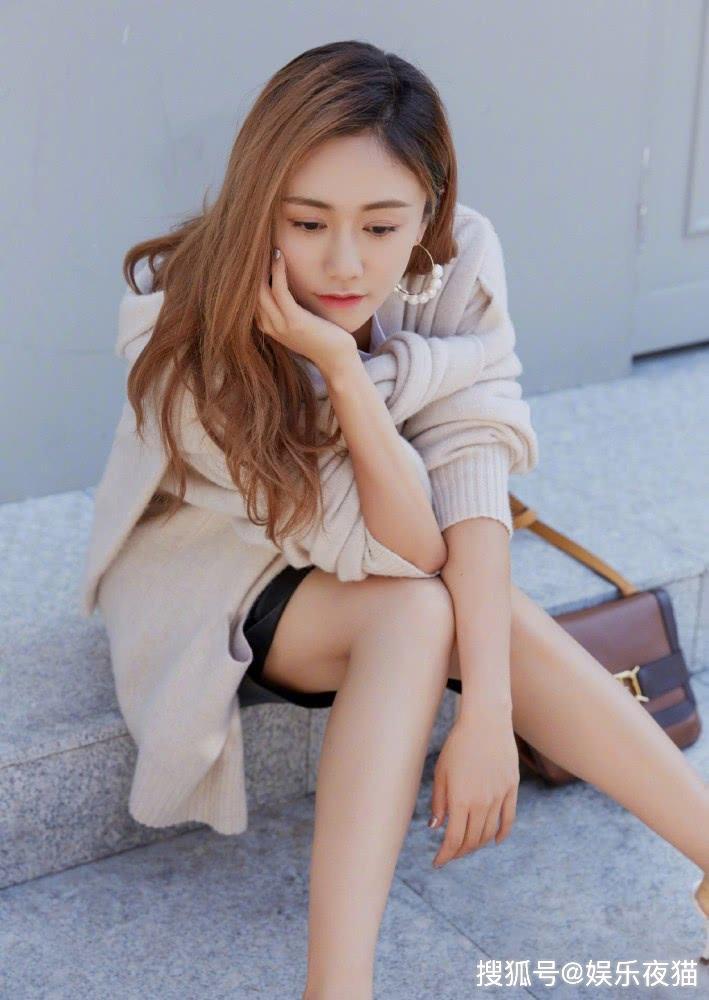 刘芸都已经37岁了,可穿上T恤皮裙配针织衫,依旧美成帅气女孩