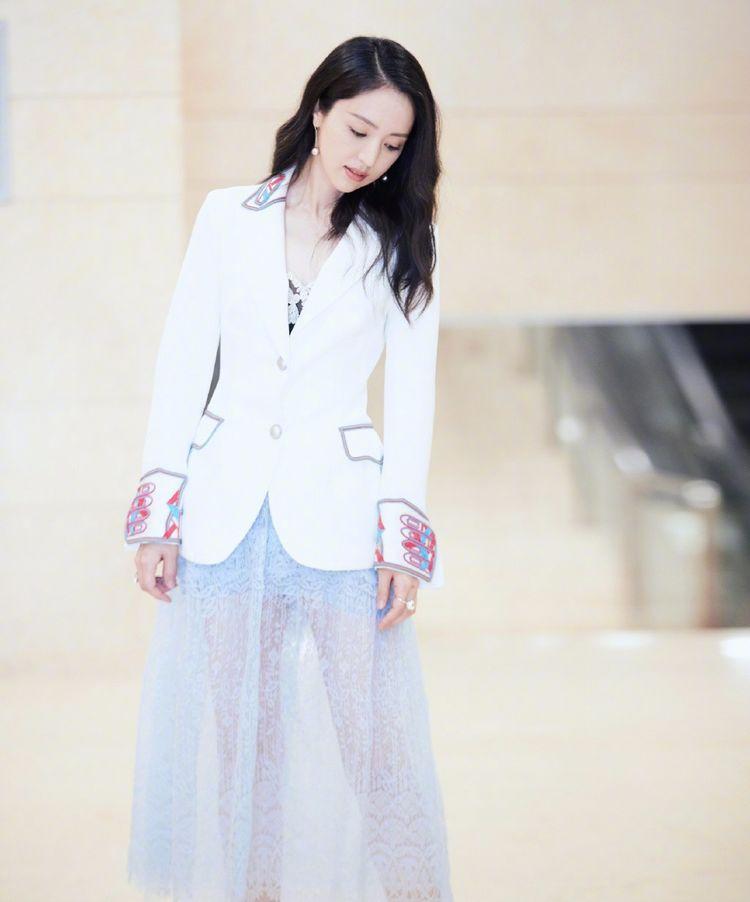 漂亮的董璇气质惊艳,穿白色卫衣配深色牛仔背带裤减龄十足,美得焕然一新