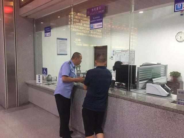 两俄罗斯青年在中国花光路费,从肇庆徒步上高速要去广西
