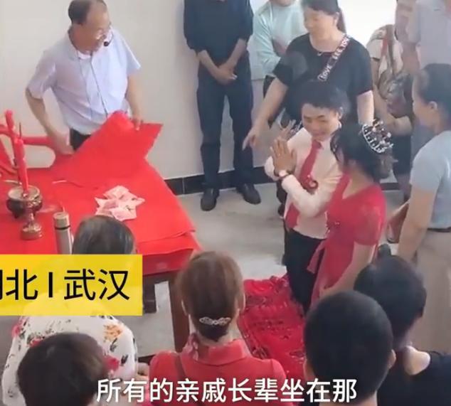 新娘婚礼磕100个头拿2万红包,亲友:给几个红包就要磕几个头