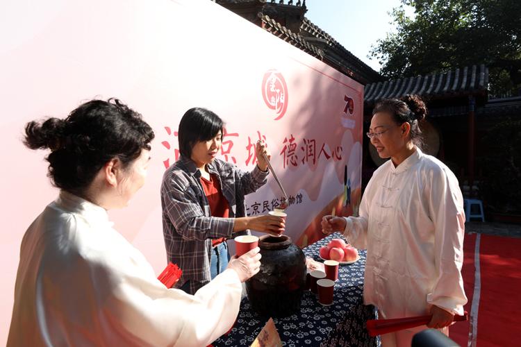 东岳庙 舞太极扇品菊花酒迎重阳