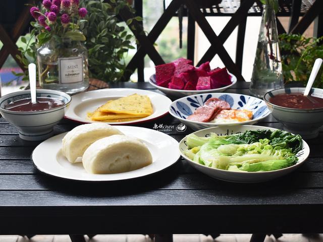 早餐粥配什么小菜 我家的日常早餐,有小菜有粥还有两样面食,亲友说早