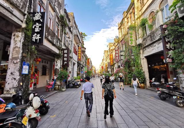 北海老街百年风情依旧,海鲜餐馆竞争激烈,开打生蚝战吸引游客