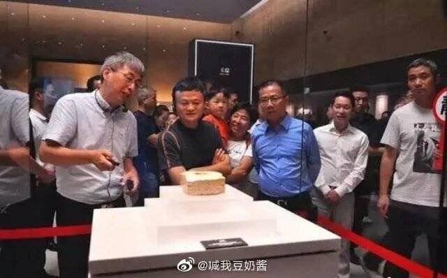 """顶级网红!马云打卡网红博物馆 秒被游客认出包围成""""活景点"""""""