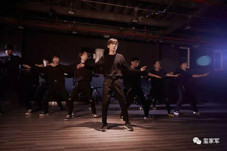 易烊千玺录制新舞蹈时NG多次:为呈现牵手镜头,他的方式很新奇
