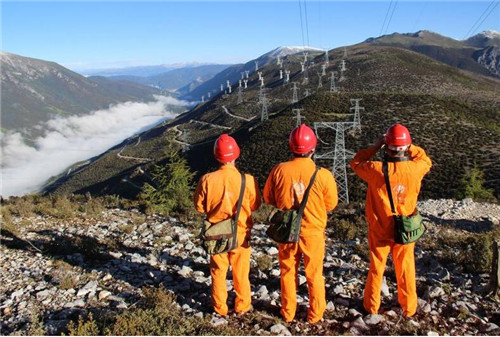 <b>四川:6万人次电力工人坚守岗位保障国庆假期供电</b>