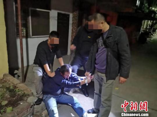 湖北一民警负伤忍痛肉搏持刀毒贩 搜获近千颗麻果_张成