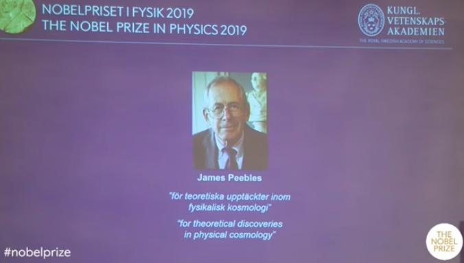 在诺奖揭晓现场,吉姆·皮布尔斯通过电话连线回答记者问题。