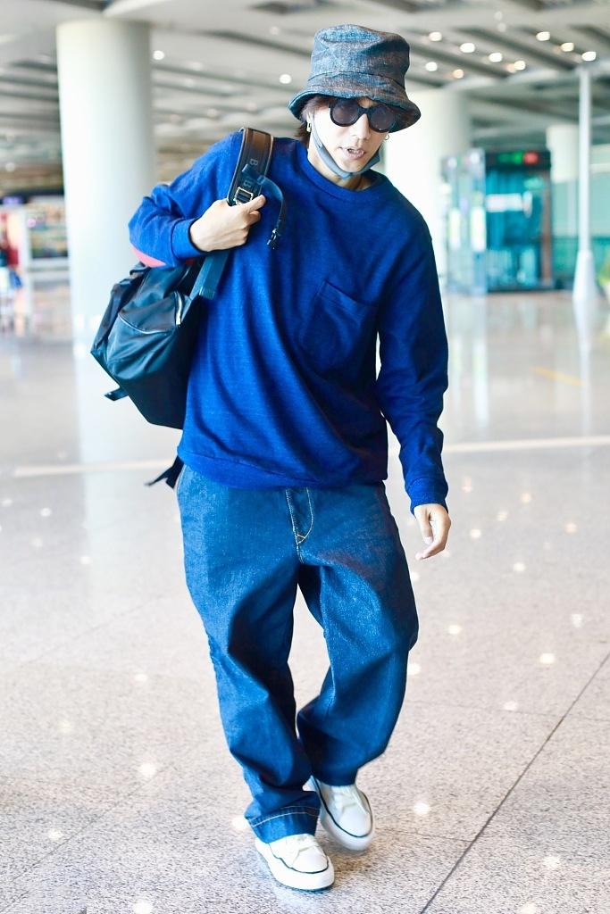 原创             43岁陈坤机场露面,一身深蓝配单肩背包似少年,戴别针耳环显精致