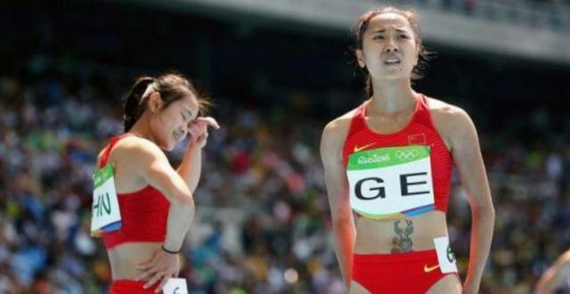 田径决赛中国女子接力赛的成绩取消,观众十分惋惜