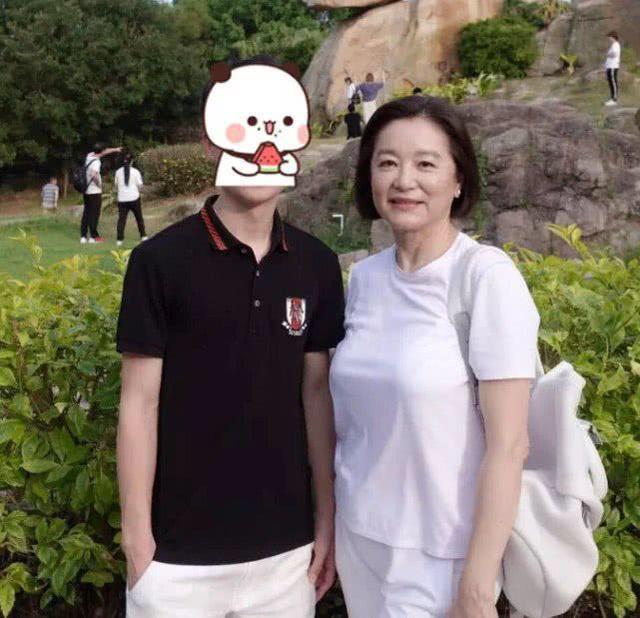 原创             林青霞年轻时美的动人心魄,年老时优雅的老去,64岁了从不扮嫩!