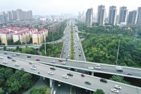 国庆期间高速未出现明显高峰 不少人错峰出行避开车流
