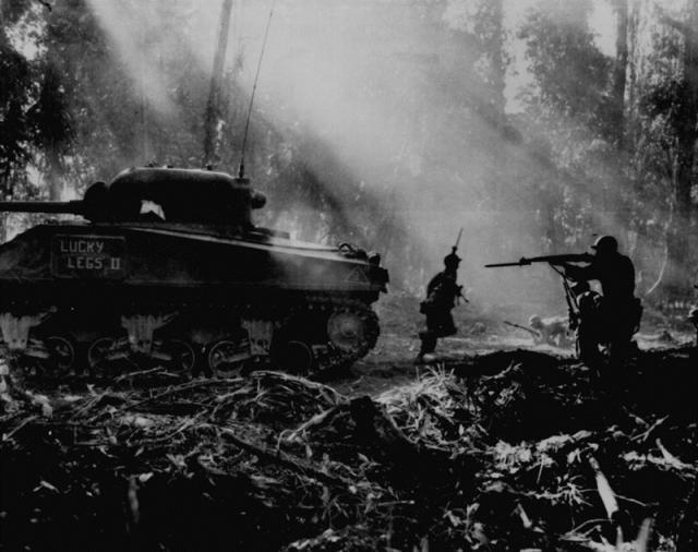二战时这位美军将领被自家飞机炸死,装甲兵听后却拍手称快