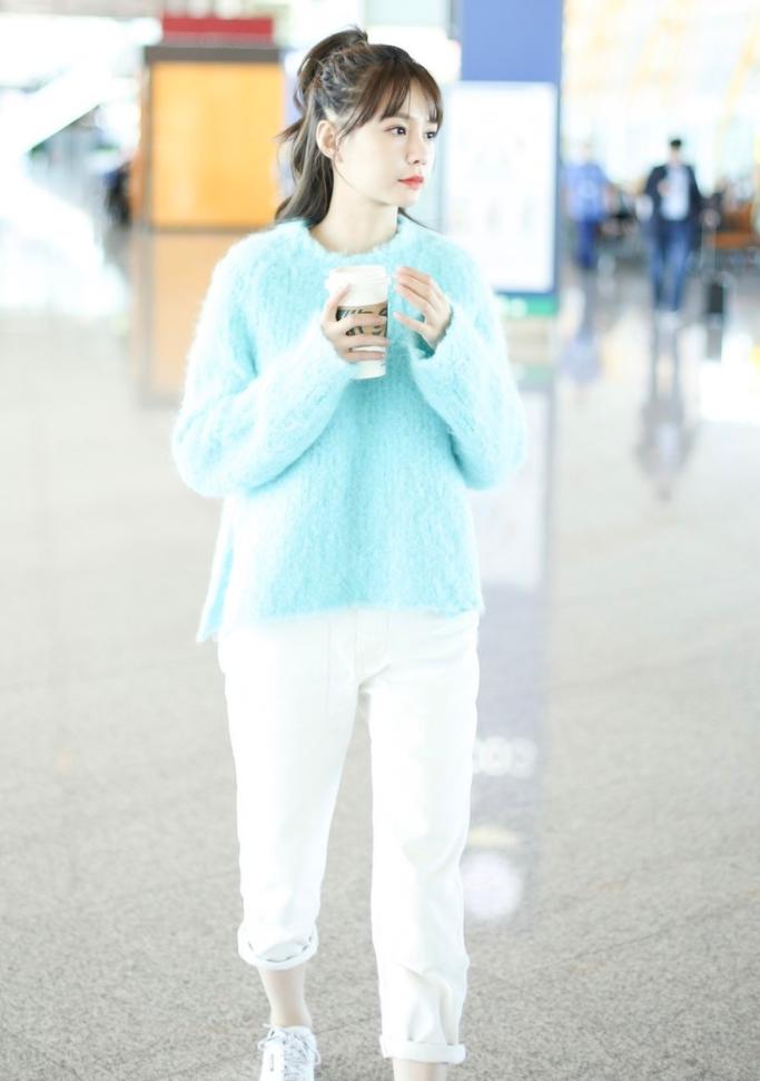 沈梦辰扎高马尾穿蓝毛衣秒变小清新,持咖啡弯眼笑甜化众人!
