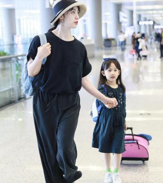 原创             孙莉素颜现身机场,一身黑也挡不住中年发福,苍老的有点快!