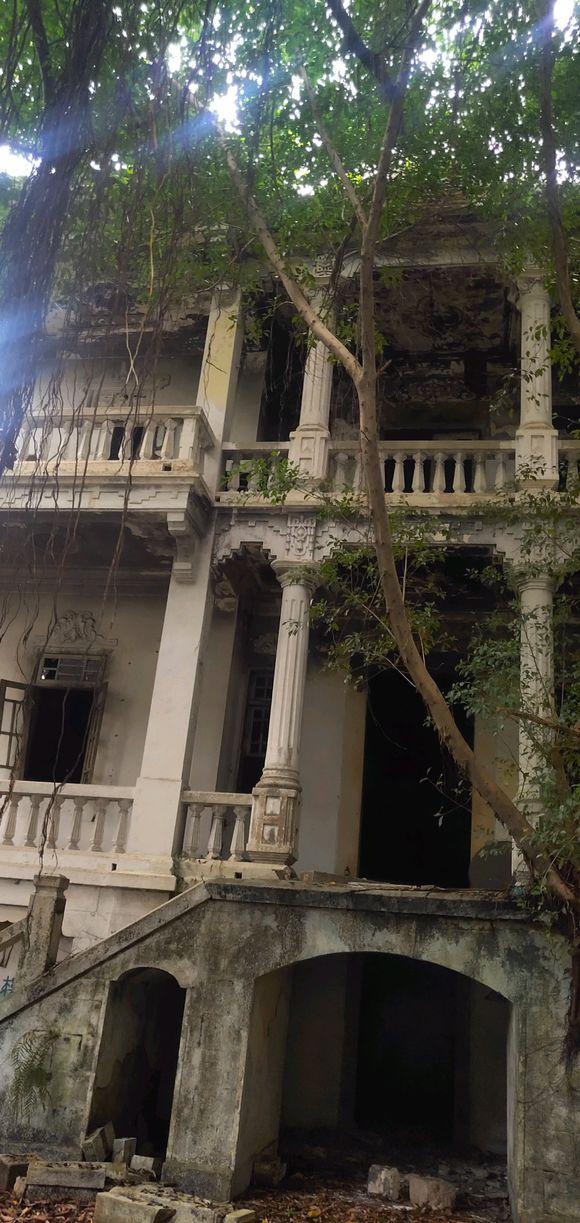 """原创             厦门虎园路14号,是一座叫""""富豪""""的荒凉别墅,白天阴森可怕好像鬼屋"""