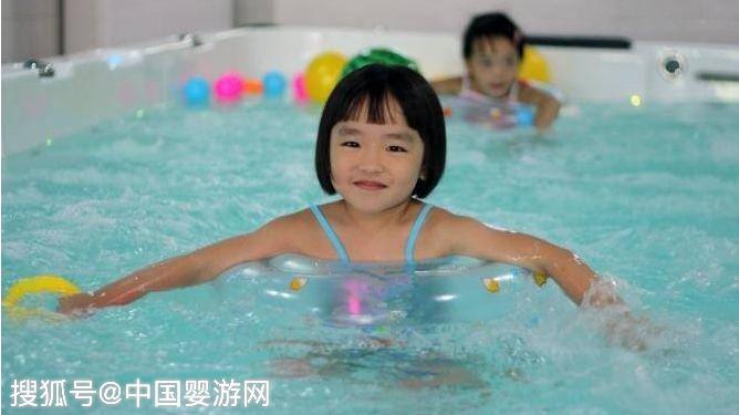 婴儿游泳的八大好处,让家长为之痴狂!