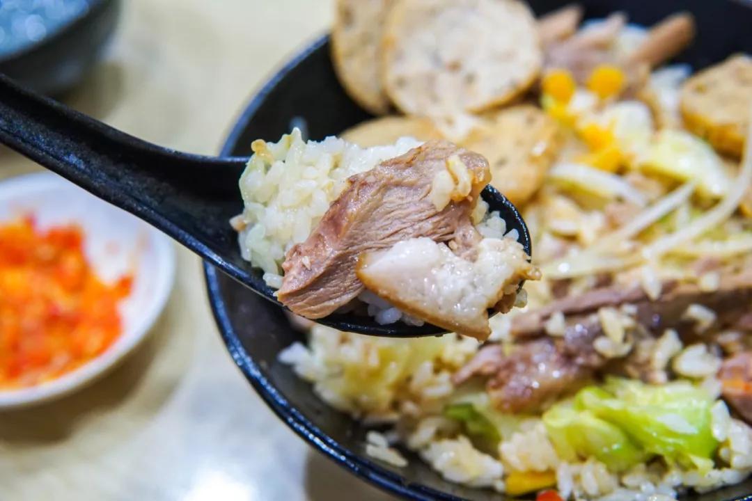 宁波寻藏【在广东遍地开花的猪脚饭,竟然藏在宁波这条小街里...卤到入