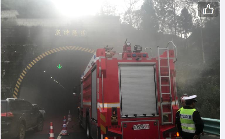 贵州六盘水市又发生一起事故,位于都香高速,事故场面十分吓人!