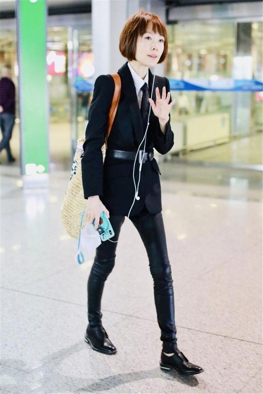 原创             鲁豫穿西装配皮裤现身,比起没时尚感的穿搭,清瘦的身材更抢镜!