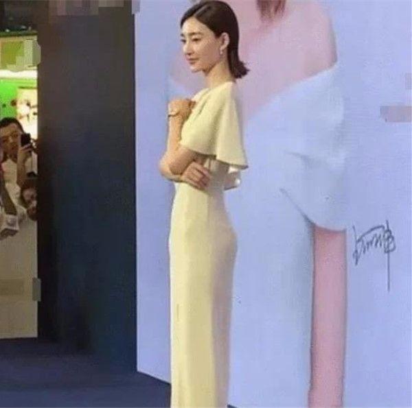 原创             王丽坤气质再好,穿上紧身裙,胯宽没有一点女人味!