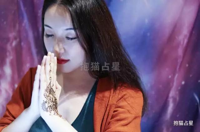 原创             抱猫占星 天蝎座上下半年运势小视频—财运旺,事业佳~