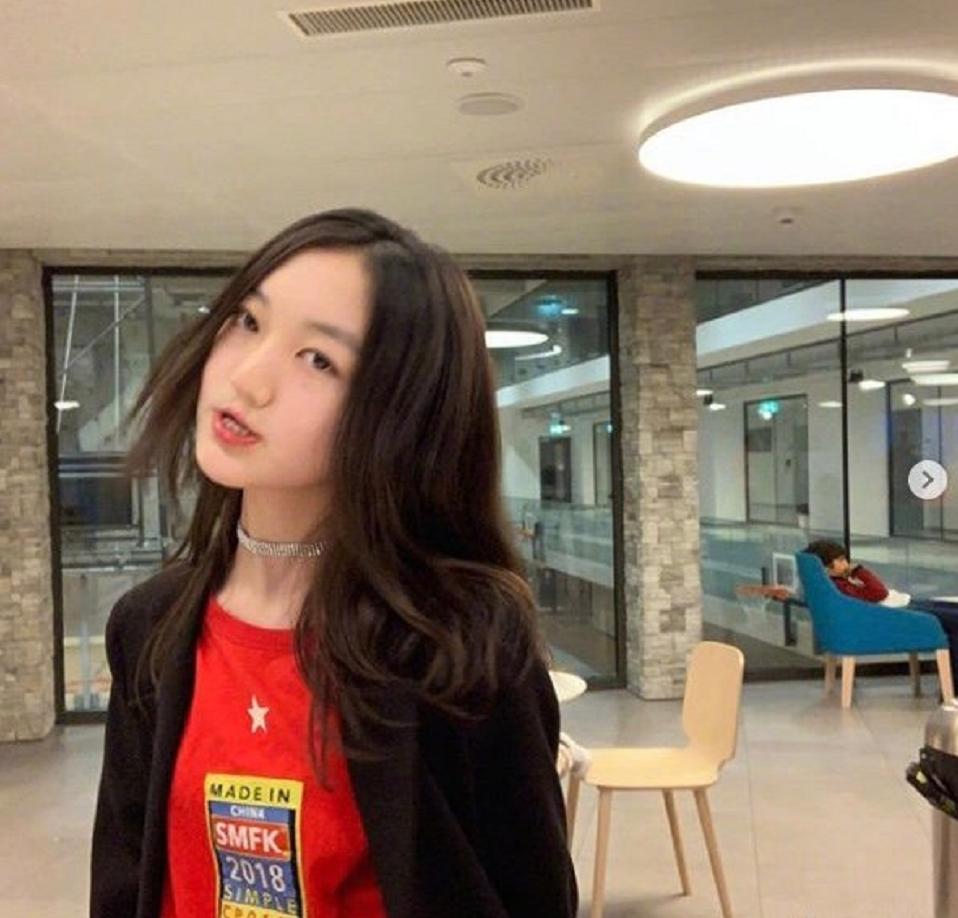 李嫣澄清:自己没有逛夜店。网友:相信你,但13岁这妆容也太浓了