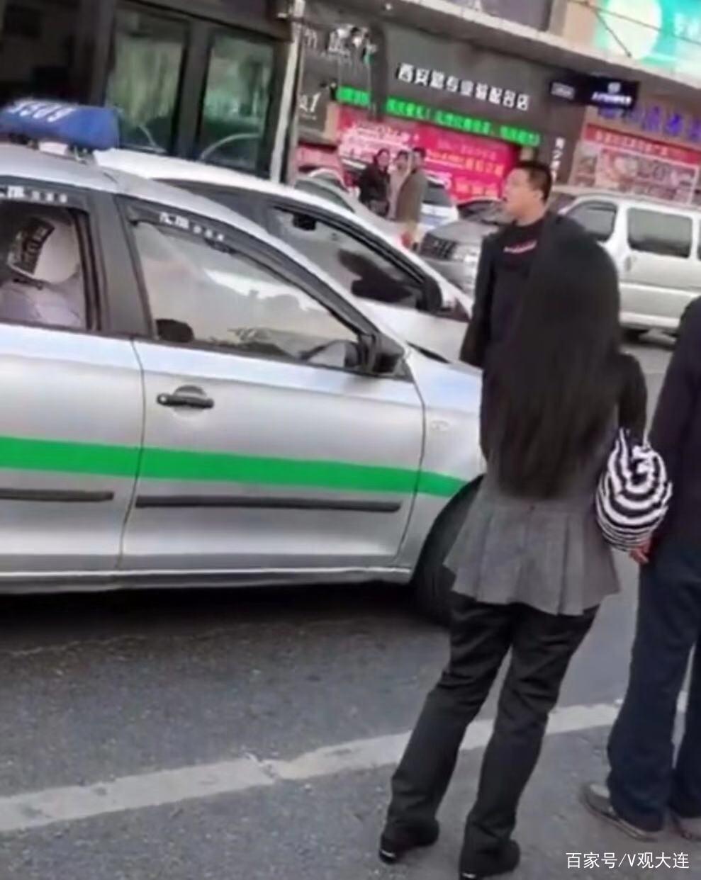 大连一私家车与出租车当街冲突 出租车司机下车动手