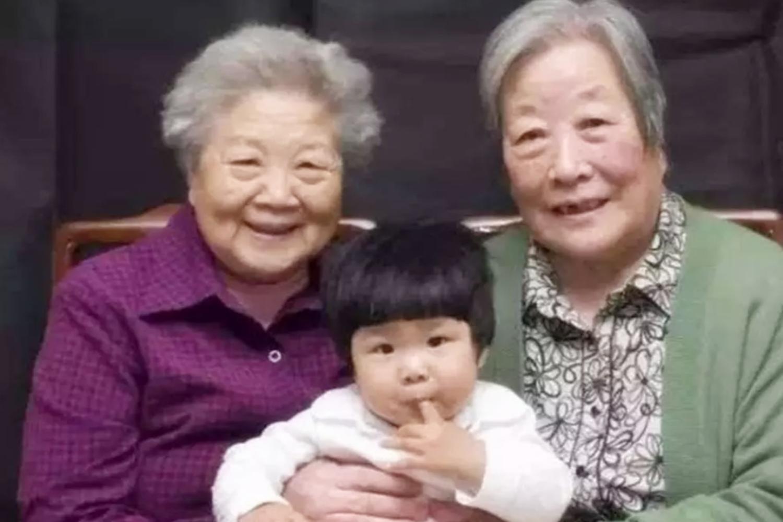 [儿子被问是奶奶好还是姥姥好,孩子的回答,让大人称赞情商高]奶奶还是