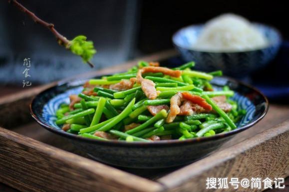 【炒蒜苔时,万不可直接下锅!多加这1步,蒜苔更翠绿,更入味】炒蒜苔