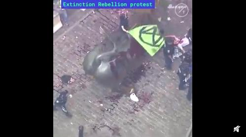 華爾街銅牛被潑假血 上月牛角曾遭損壞